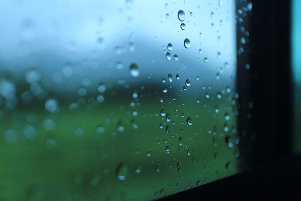 屋根塗装で突然の雨